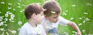 Autista gyerekek ülnek a mezőn.